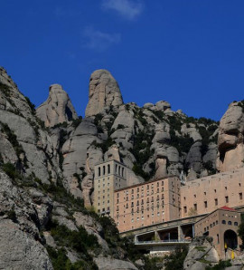 Barcelona: Montserrat, Torres and Sitges Tour with gastronomic lunch